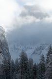 Μισός θόλος με το χιόνι και τα σύννεφα Στοκ φωτογραφία με δικαίωμα ελεύθερης χρήσης