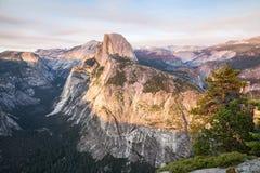 Μισός θόλος στο ηλιοβασίλεμα στο εθνικό πάρκο Yosemite, Καλιφόρνια, ΗΠΑ Στοκ εικόνα με δικαίωμα ελεύθερης χρήσης
