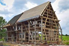 Μισό-εφοδιασμένο με ξύλα σπίτι κάτω από την αναδημιουργία Στοκ εικόνα με δικαίωμα ελεύθερης χρήσης