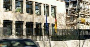 Μισό-ιστός σημαιών πρεσβειών της Γερμανίας για να πληρώσει το φόρο απόθεμα βίντεο