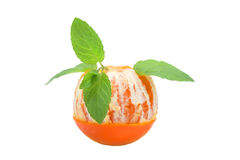 Μισό-καθαρισμένα πορτοκαλιά φρούτα με τα φύλλα μεντών, έννοια κοκτέιλ, που απομονώνεται στο λευκό Στοκ Εικόνες