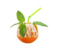 Μισό-καθαρισμένα πορτοκαλιά φρούτα με τα φύλλα μεντών, έννοια κοκτέιλ, που απομονώνεται στο λευκό Στοκ φωτογραφίες με δικαίωμα ελεύθερης χρήσης