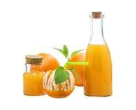 Μισό-καθαρισμένα πορτοκαλιά φρούτα με τα φύλλα μεντών, έννοια κοκτέιλ, που απομονώνεται στο λευκό Στοκ φωτογραφία με δικαίωμα ελεύθερης χρήσης