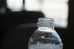 Μισό μπουκάλι νερό καμία κάλυψη Στοκ φωτογραφίες με δικαίωμα ελεύθερης χρήσης
