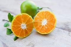 Μισό πορτοκάλι και πορτοκάλι Στοκ φωτογραφίες με δικαίωμα ελεύθερης χρήσης