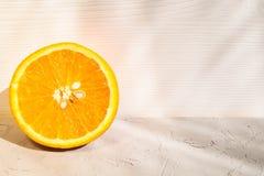 Μισό πορτοκάλι σε ένα άσπρο υπόβαθρο Στοκ Φωτογραφίες