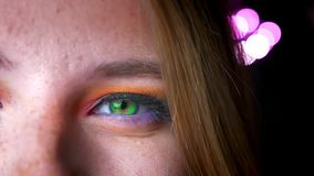 Μισό-πορτρέτο κινηματογραφήσεων σε πρώτο πλάνο του ξανθού θηλυκού με τα πράσινα μάτια, της έξυπνης και ζωηρόχρωμης σύνθεσης στο ρ απόθεμα βίντεο