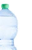Μισό πλαστικό μπουκάλι με το νερό και τις πτώσεις, την έννοια της διατροφής και τη διατροφή στοκ εικόνες