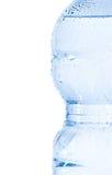 Μισό πλαστικό μπουκάλι με το νερό και τις πτώσεις, την έννοια της διατροφής και τη διατροφή στοκ εικόνες με δικαίωμα ελεύθερης χρήσης