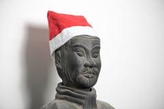 Μισό σχεδιάγραμμα του κινεζικού αναστήματος πολεμιστών τερακότας που φορά το καπέλο santa Στοκ Εικόνες