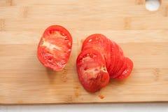 Μισό-τεμαχισμένη ντομάτα στον πίνακα κουζινών Στοκ φωτογραφία με δικαίωμα ελεύθερης χρήσης