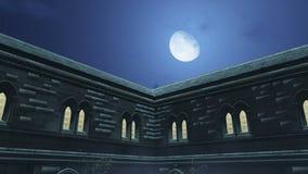 Μισό φεγγάρι επάνω από το παλαιό μέγαρο στη misty νύχτα απεικόνιση αποθεμάτων