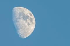 Μισό φεγγάρι σε έναν μπλε ουρανό Στοκ Φωτογραφίες
