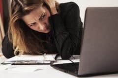 Μισώ την εργασία γραφείων μου Κόλαση γραφείων Γυναίκα που πηγαίνει τρελλή με την εργασία Στοκ Φωτογραφίες