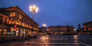 Μιλάνο, Ιταλία: Piazza del Duomo, τετράγωνο καθεδρικών ναών στην ανατολή Στοκ εικόνα με δικαίωμα ελεύθερης χρήσης