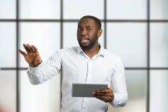 Μιλώντας νέος επιχειρηματίας που φαίνεται ευθύς Στοκ φωτογραφία με δικαίωμα ελεύθερης χρήσης
