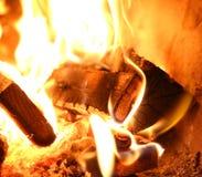 Μμένα κομμάτια του ξύλου με την πυρκαγιά στοκ φωτογραφία με δικαίωμα ελεύθερης χρήσης