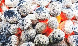 Μμένοι BBQ άνθρακες στην υπαίθρια περιοχή στρατοπέδευσης Ζωηρόχρωμο υπόβαθρο στοκ εικόνες