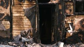 Μμένος κάτω από το ιδιωτικό ξύλινο σπίτι φιλμ μικρού μήκους