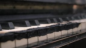 Μμένος ολοσχερώς στο καπνισμένο πληκτρολόγιο πιάνων άνθρακα απόθεμα βίντεο