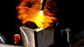 Μμένος πυρκαγιά χαλκός που λειώνει στο εργοστάσιο απόθεμα βίντεο