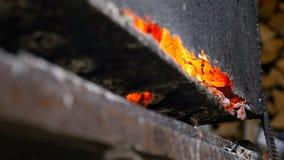 Μμένος χάλυβας καυτό κόκκινο μετάλλων καίγοντας καυσόξυλο απόθεμα βίντεο