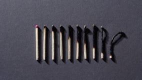 Μμένος matchsticks στο γκρίζο υπόβαθρο φιλμ μικρού μήκους