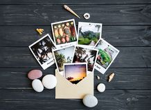 Μνήμες διακοπών: φωτογραφίες, πέτρες, θαλασσινά κοχύλια, φρούτα στη φωτογραφία ταξιδιού Επίπεδος βάλτε, τοπ άποψη Στοκ εικόνες με δικαίωμα ελεύθερης χρήσης