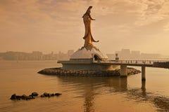 Μνημείο αγαλμάτων Yin Guan του Μακάο προς το τέλος του βραδιού με το χρυσό φως του ήλιου στοκ εικόνες