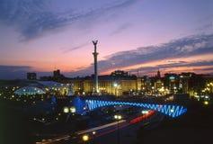Μνημείο ανεξαρτησίας ενάντια στον όμορφο ουρανό βραδιού Στοκ Εικόνα