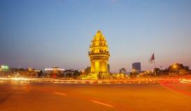 Μνημείο ανεξαρτησίας τη νύχτα, Πνομ Πενχ, Καμπότζη Στοκ φωτογραφία με δικαίωμα ελεύθερης χρήσης