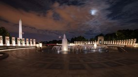 Μνημείο Δεύτερου Παγκόσμιου Πολέμου τη νύχτα, μακρύς πυροβολισμός έκθεσης στοκ εικόνα με δικαίωμα ελεύθερης χρήσης