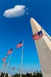 Μνημείο και αμερικανικές σημαίες ΗΠΑ του Washington DC Στοκ εικόνα με δικαίωμα ελεύθερης χρήσης