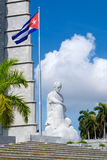 Μνημείο και κουβανική σημαία στο τετράγωνο επαναστάσεων στην Αβάνα στοκ εικόνες