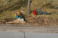 Μνημείο λουλουδιών από την πλευρά του δρόμου Στοκ Φωτογραφία
