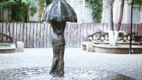 Μνημείο με μορφή μιας ομπρέλας και ενός αγαπώντας ζεύγους απόθεμα βίντεο