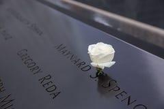 9/11 μνημείο με την κινηματογράφηση σε πρώτο πλάνο ονομάτων Στοκ φωτογραφία με δικαίωμα ελεύθερης χρήσης