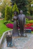 Μνημείο Ρήγα δήμαρχος George Armistead και η σύζυγός του σε ένα πάρκο μπροστά από τη λετονική εθνική όπερα Στοκ φωτογραφία με δικαίωμα ελεύθερης χρήσης