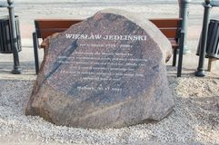 Μνημείο σε αναμνηστικό Wieslaw Jedlinski που έζησε μεταξύ 1928 και 2008 στο τετράγωνο Wladyslaw Jedlinski Στοκ Φωτογραφίες