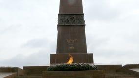 Μνημείο στον πόλεμο Η αιώνια φλόγα στο μνημείο σε έναν άγνωστο ναυτικό που πέθανε κατά τη διάρκεια του μεγάλου πατριωτικού πολέμο απόθεμα βίντεο