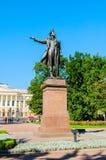 Μνημείο στο Αλέξανδρο Pushkin μπροστά από το κρατικό ρωσικό μουσείο στη Αγία Πετρούπολη, Ρωσία Στοκ Εικόνα