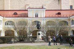Μνημείο στο Α S Pushkin στο προαύλιο του κτηρίου με ένα μουσείο-διαμέρισμα στη Αγία Πετρούπολη Στοκ Φωτογραφία