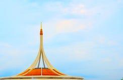 Μνημείο στο δημόσιο πάρκο ενάντια στο μπλε ουρανό σε Suanluang Rama 9, θόριο Στοκ Εικόνα