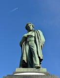 Μνημείο στο διάσημο ρωσικό ποιητή Αλέξανδρος Pushkin 1880 και αεροπλάνο στον ουρανό Στοκ εικόνα με δικαίωμα ελεύθερης χρήσης