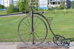 Μνημείο στο ποδήλατο με μια μεγάλη μπροστινή ρόδα στον κόλπο Cheboksary, Chuvash Δημοκρατία Ρωσία 05/14/2016 Στοκ Εικόνες