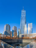 9/11 μνημείο στο σημείο μηδέν του World Trade Center με έναν πύργο του World Trade Center στο υπόβαθρο - Νέα Υόρκη, ΗΠΑ Στοκ εικόνα με δικαίωμα ελεύθερης χρήσης