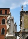 Μνημείο στο Dante στο δημόσιο plaza της Βερόνα ορόσημων Στοκ Φωτογραφίες