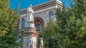 Μνημείο στο Leonardo Da Vinci στο della Scala πλατειών που σημαίνει το τετραγωνικό timelapse του La Scala στο Μιλάνο, Ιταλία φιλμ μικρού μήκους