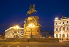 Μνημείο στο Nicholas Ι στο ST Isaac& x27 τετράγωνο του s τη νύχτα Πετρούπολη Άγιος Στοκ εικόνες με δικαίωμα ελεύθερης χρήσης