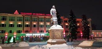 Μνημείο στο Peter και οι εγκαταστάσεις όπλων της Τούλα το χειμώνα τη νύχτα στοκ εικόνες